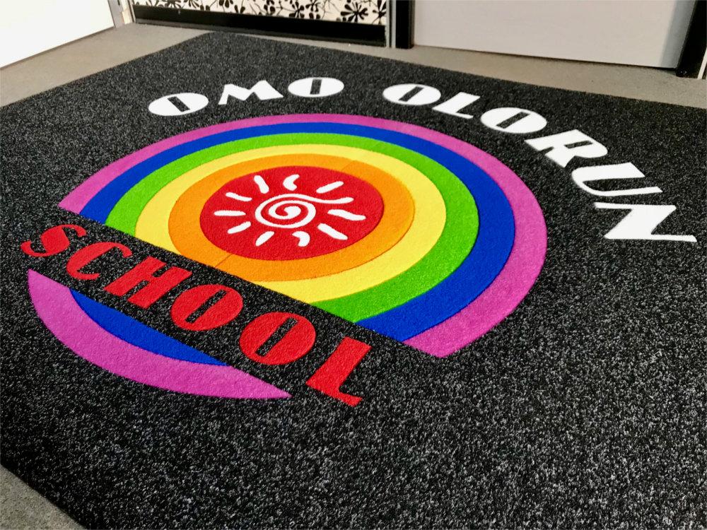 Omo Olorun School – Tappeto intarsiato Personalizzato
