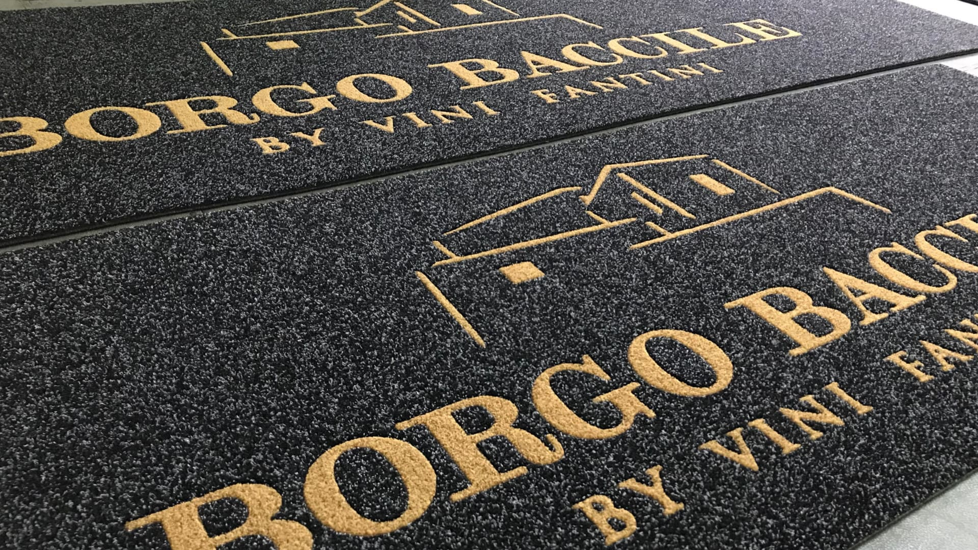 Tappeti Intarsiati Personalizzati Borgo Baccile by Vini Fantini realizzati dalla MADO Group